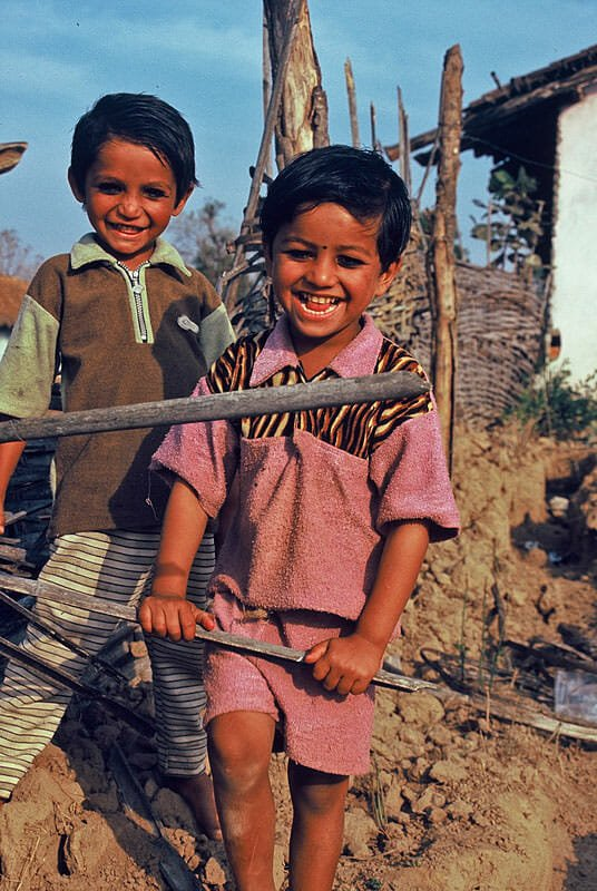 Getting to Kanha - Colorful, if a little dirty, kids